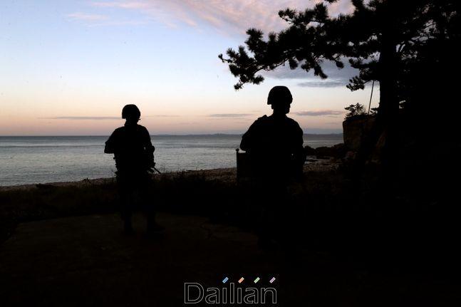 인천시 옹진군 연평도에서 해병대 장병들이 해안경계를 하고 있다. ⓒ뉴시스