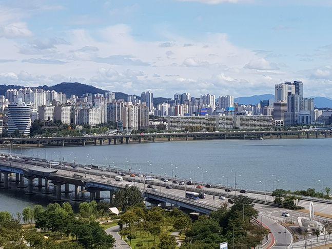 서울 한강변에서 바라본 아파트 단지 모습.ⓒ데일리안