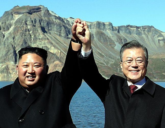 평양남북정상회담 3일째인 2018년 9월 20일 오전 문재인 대통령과 김정은 국무위원장이 백두산 천지에서 기념촬영을 하고 있다. ⓒ뉴시스