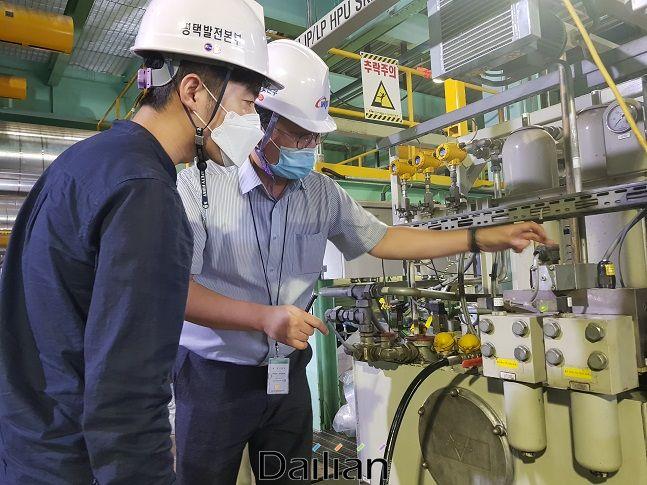 평택2복합발전소에서 국산화대상설비를 중소기업 관계자에게 설명하고 있다. ⓒ서부발전