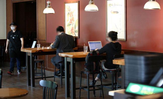 사회적 거리두기 조치 2단계가 시행되는 가운데 서울 송파구의 한 카페전문점에서 시민들이 커피를 마시고 있다.ⓒ뉴시스