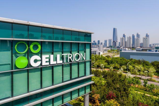 셀트리온그룹이 계열 3사 합병을 준비하기 위해 셀트리온헬스케어의 최대주주 서정진 회장이 보유한 셀트리온헬스케어 주식을 현물출자해 '셀트리온헬스케어홀딩스'(헬스케어홀딩스)를 설립했다고 25일 밝혔다. ⓒ셀트리온그룹