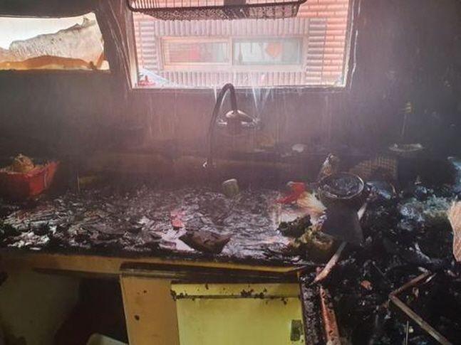14일 오전 11시 16분쯤 화재가 발생한 인천시 미추홀구 빌라 건물 2층 내부 모습.ⓒ인천소방본부