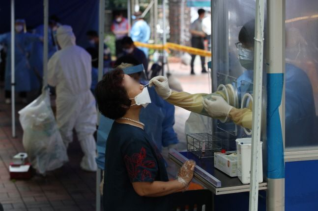 서울 중구 동대문시장 통일상가 앞 공원에 마련된 임시선별진료소에서 상인들이 검사를 받고 있다. ⓒ데일리안 류영주 기자