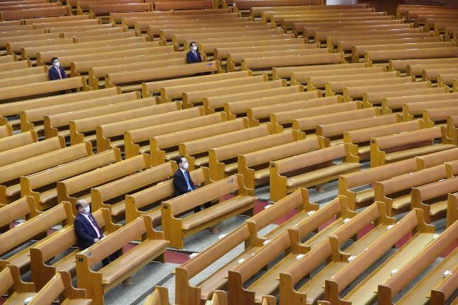 20일 오전 서울 영등포구 여의도순복음교회에서 신자들이 300인 기준 49인, 그 이하 공간 15~20인 기준 방역 지침에 따라 사회적 거리 두기와 온라인 예배를 하고 있다.ⓒ뉴시스