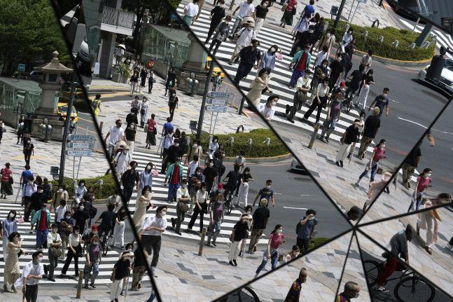 일본 도쿄의 한 쇼핑몰 천장 거울에 보행자들이 비치고 있다.(자료사진)ⓒAP/뉴시스