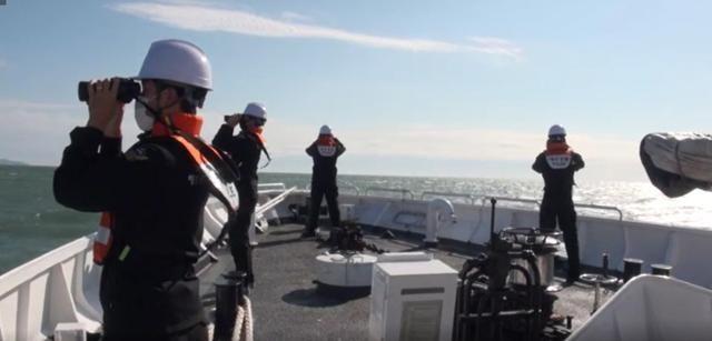 소연평도 인근 해상에서 실종됐던 해양수산부 소속 어업지도선 공무원이 북한군에 피격 사망한 가운데 25일 해양경찰 경비함에서 어업지도선 공무원 시신 및 유류품을 수색하고 있다. ⓒ인천해양경찰서