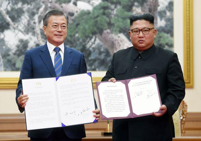 문재인 대통령과 김정은 북한 국무위원장이 2018년 9월 19일 오전 평양 백화원 영빈관에서 평양공동선언문에 서명한 후 합의서를 들어 보이고 있다. ⓒ뉴시스