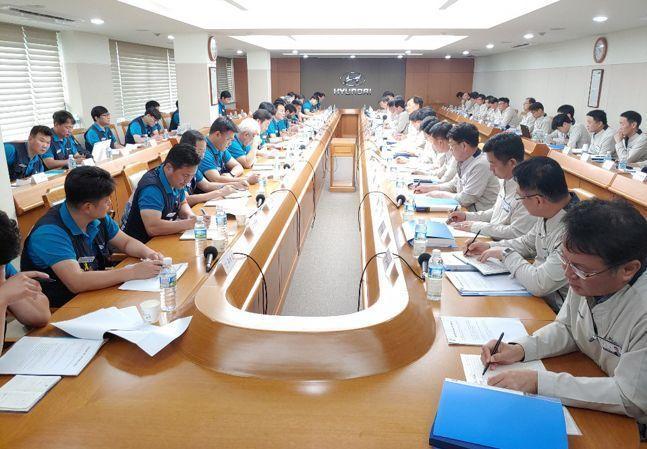 현대자동차 노사 교섭위원들이 2019년 8월 울산공장 본관 아반떼룸에서 임금협상을 진행하고 있다. ⓒ금속노조 현대차지부