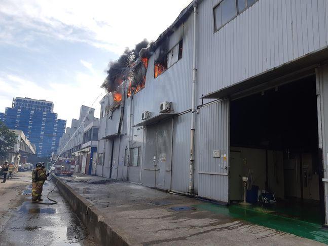 인천 한 자동차 부품 공장에서 불이 나 소방당국이 진화에 나섰다. ⓒ인천소방본부