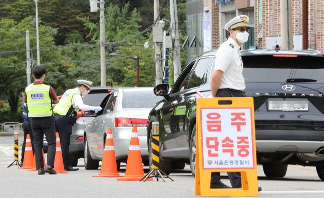 은평경찰서 교통과 직원들이 17일 오후 서울 은평구 북한산국립공원 입구에서 비대면 단속장비를 사용해 불시 음주운전 단속을 하고 있다.(자료사진)ⓒ뉴시스