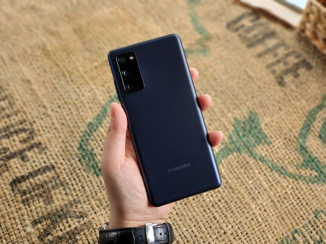 삼성전자 스마트폰 '갤럭시S20 FE'를 손에 쥔 모습.ⓒ데일리안 김은경 기자