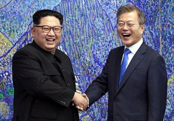 지난 2018년 4월 27일 판문점에서 개최된 남북정상회담에서 문재인 대통령과 김정은 북한 국무위원장이 악수하고 있다. ⓒ한국공동사진기자단