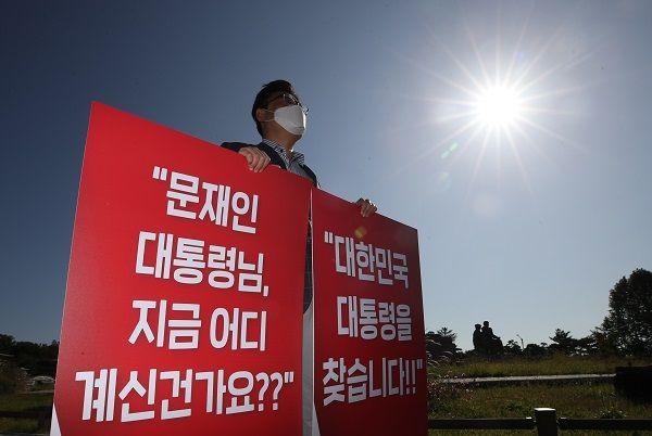김성원 국민의힘 원내수석부대표가 27일 오전 서울 종로구 청와대 분수대 앞에서 북한의 우리 국민 살해 만행 진상 조사를 촉구하는 1인시위를 하고 있다. ⓒ뉴시스