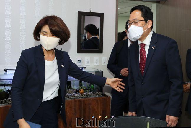 더불어민주당 한정애 정책위의장이 9월 24일 국회 의원회관 사무실에서 최대집 대한의사협회장을 면담하고 있다.ⓒ데일리안 박항구 기자