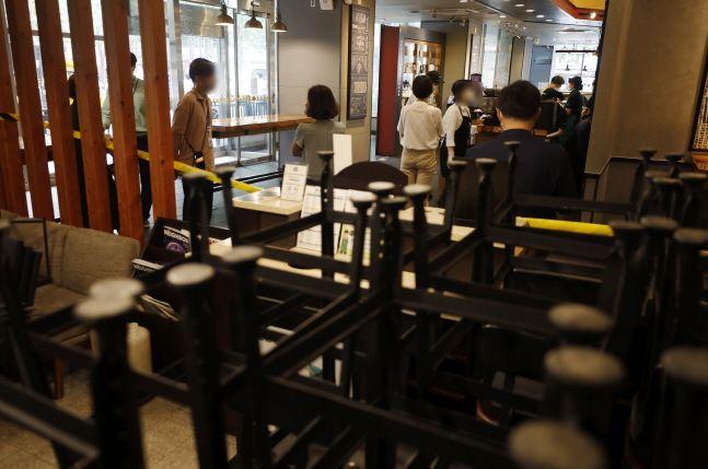 신종 코로나바이러스 감염증 방역을 위해 수도권을 대상으로 사회적 거리두기 2.5단계가 시행됐던 8월 말 서울 중구에 위치한 대형 프랜차이즈 커피전문점을 찾은 시민들이 커피 테이크아웃을 하고 있다.(자료사진)ⓒ뉴시스