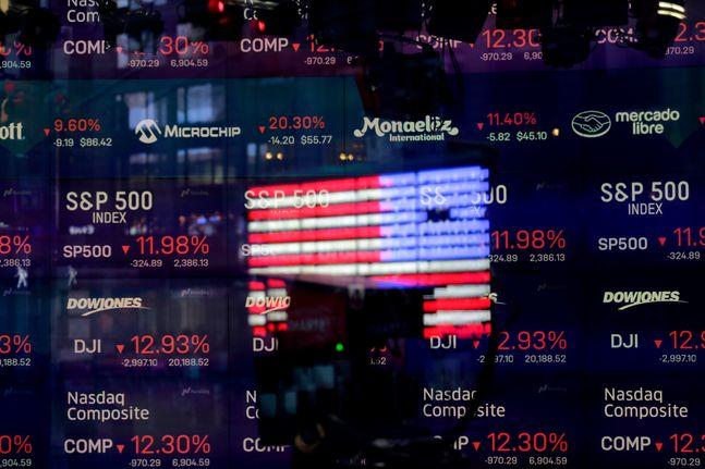 최근 기술주 중심의 나스닥 지수가 요동치면서 관련 종목에 투자하는 IT펀드 수익률도 마이너스로 내려앉았다. 사진은 뉴욕 타임스스퀘어에 있는 나스닥 주식거래소 창문에 미국 국기가 투영되고 있는 모습.ⓒAP/뉴시스