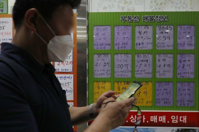 시중은행들이 월세자금대출 상품을 잇달아 출시하고 있다. 서울 송파구의 한 공인중개소에 부동산 매물이 붙어있다.ⓒ데일리안 류영주 기자