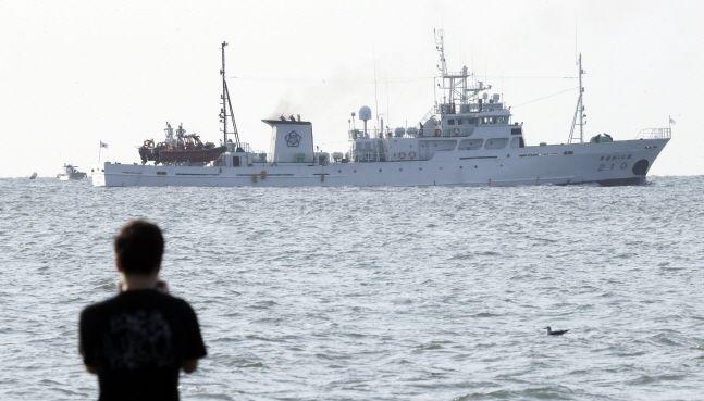 피격 공무원 탑승했던 어업지도선 무궁화 10호가 26일 오전 인천 옹진군 연평도 부근 해상에서 귀항을 위해 이동하고 있다.(자료사진)ⓒ뉴시스