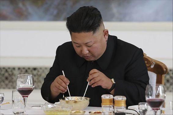 2018년 9월 남북정상회담 당시 김정은 국무위원장이 평양 옥류관에서 평양냉면을 먹고 있다. ⓒ평양사진공동취재단