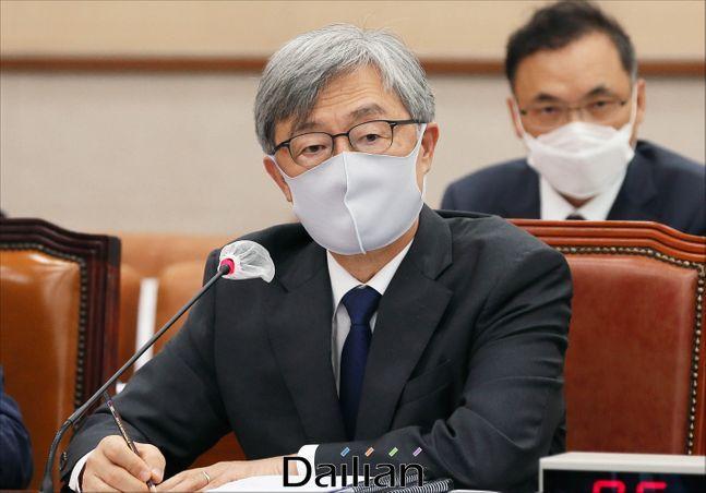 최재형 감사원장이 지난달 25일 국회에서 열린 법제사법위원회 전체회의에서 의원들의 질의에 답하고 있다. ⓒ데일리안 박항구 기자