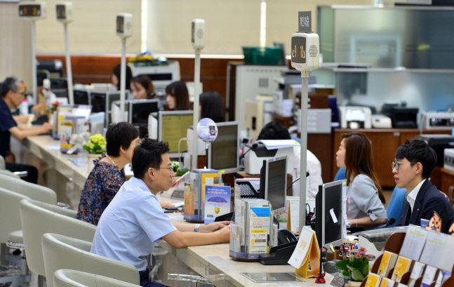 서울 영등포구에 위치한 한 은행 창구 직원들이 고객들과 상담을 하고 있다.(자료사진)ⓒ뉴시스