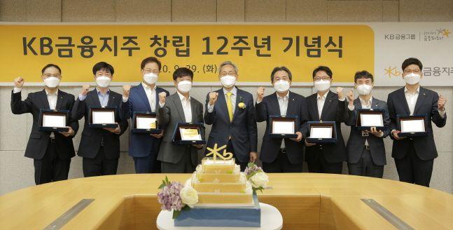 윤종규(가운데) KB금융그룹 회장이 29일 서울 여의도본점에서 개최된 창립 12주년 기념식에서 장기근속 직원들과 기념촬영을 하고 있다.ⓒKB금융그룹