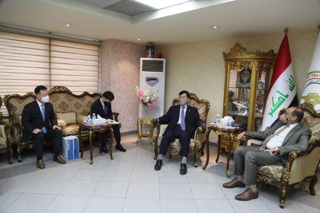 대우건설 중동지사 정현석 부장(왼쪽)과 장경욱 주 이라크 한국대사(오른쪽에서 두 번째)가 나세르 알 시블리 이라크 교통부 장관(오른쪽)을 면담하고 있다.ⓒ대우건설
