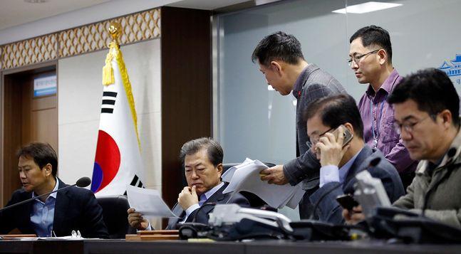 문재인 대통령이 2017년 12월 3일 국가위기관리센터에서 인천 영흥도 앞바다 낚싯배 전복사고 관련 상황보고를 받고 있다. ⓒ청와대