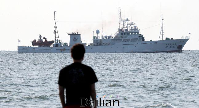 피격 공무원 탑승했던 어업지도선 무궁화 10호가 지난 26일 오전 인천 옹진군 연평도 부근 해상에서 귀항을 위해 이동하고 있다. ⓒ뉴시스