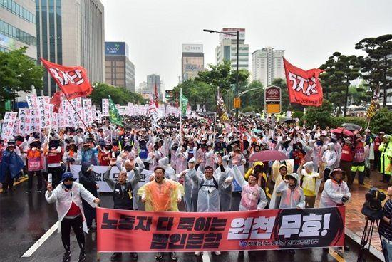 금속노조 현대중공업지부가 지난해 6월 사측의 법인분할 주총을 무효화할 것을 요구하는 시위를 벌이고 있다. ⓒ금속노조 현대중공업지부