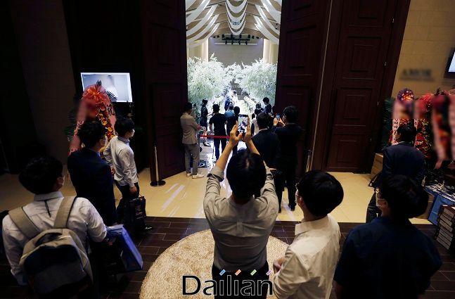 서울 시내의 한 예식장에서 결혼식이 진행되는 가운데 식장이 통제돼 식장이 입장하지 못한 하객이 홀에서 식을 관람하고 있다. ⓒ뉴시스