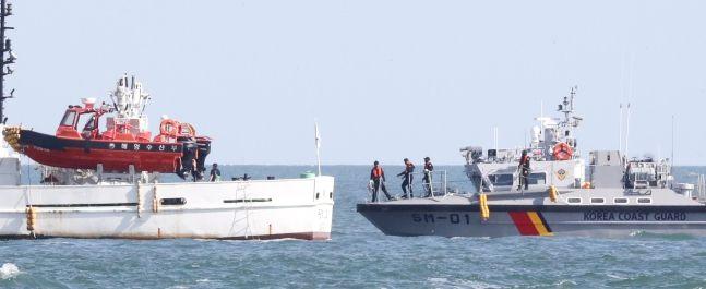 피격 실종 해양수산부 어업지도 공무원 관련 수사를 이어가고 있는 해양경찰이 25일 인천 옹진군 연평도 해상에 정박한 어업지도선 무궁화 10호의 해상조사를 위해 접근하고 있다. ⓒ뉴시스