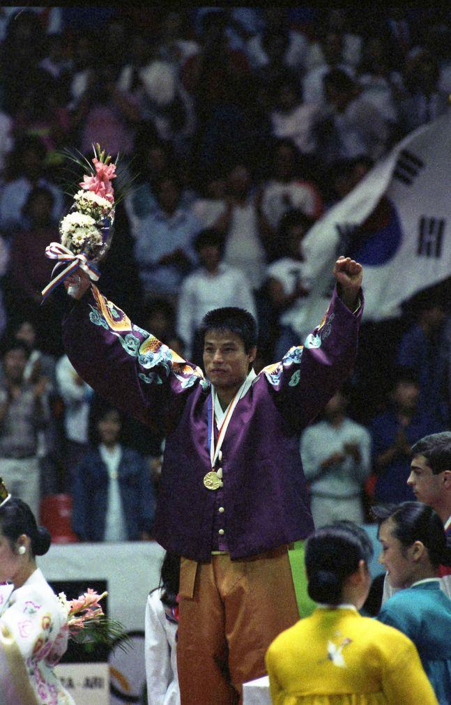 한복을 입고 금메달을 목에 걸었던 유도 김재엽. ⓒ 뉴시스