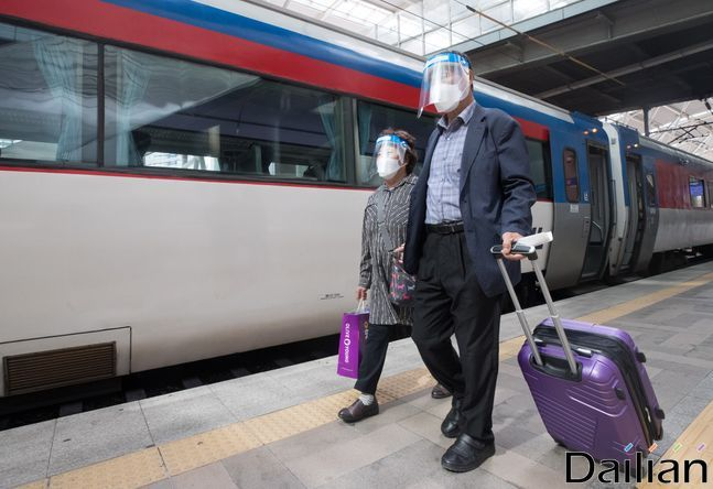 추석 연휴를 하루 앞둔 29일 오전 서울역에서 페이스쉴드를 쓴 시민들이 열차에 탑승하기 위해 이동하고 있다. ⓒ데일리안 류영주 기자