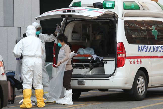 지난 2월 20일 오후 서울 중구 국립중앙의료원에서 의심 증상 환자가 의료진의 안내를 받고 있다.(자료사진)ⓒ데일리안 류영주 기자