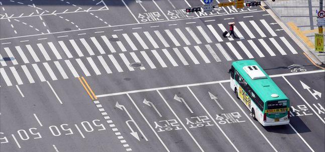 8.15 광복절 집회 후 코로나19가 폭발적으로 확산되며 사회적거리두기 2단계가 발령된 가운데 지난 8월 23일 서울 광화문 세종대로 일대 도로가 텅 빈 모습을 보이고 있다.ⓒ사진공동취재단
