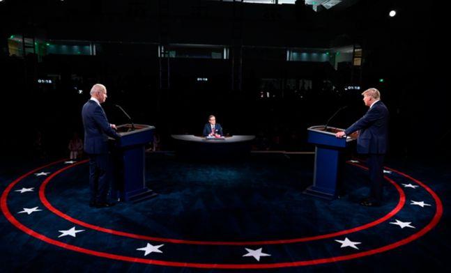 도널드 트럼프(오른쪽) 미국 대통령과 조 바이든 민주당 대선 후보가 29일(현지시간) 미 오하이오주 클리블랜드에서 열린 제1차 TV 토론에 참석하고 있다.ⓒAP/뉴시스