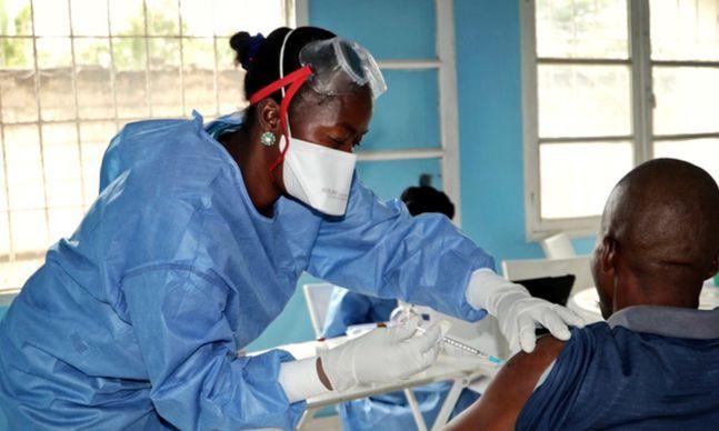 콩고민주공화국에서 에볼라 바이러스가 유행했을 당시 세계보건기구(WHO) 의료진이 현장에서 보호장구를 착용한 채 일하는 모습. 기사 내용과 직접적 관련 없음.ⓒAP/뉴시스