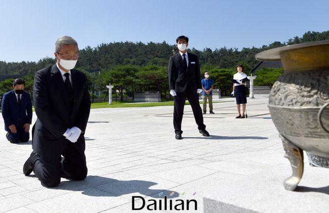김종인 미래통합당 비상대책위원장이 지난 5월 19일 오전 광주 북구 운정동 국립5·18 민주묘지를 찾아 오월 영령 앞에 무릎을 꿇고 참배하고 있다.(자료사진) ⓒ뉴시스