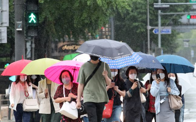 지난 7일 오전 서울 종로구 광화문네거리 인근에서 우산을 쓴 시민들이 발걸음을 옮기고 있다.(자료사진)ⓒ데일리안 류영주 기자