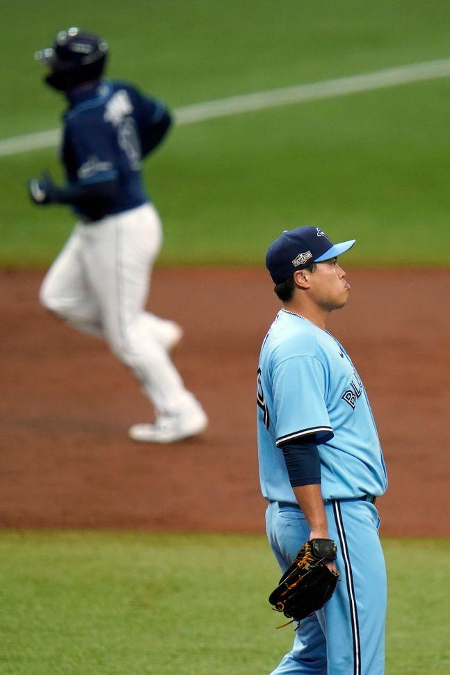 류현진이 홈런을 허용한 뒤 타구를 바라보고 있다. ⓒ 뉴시스