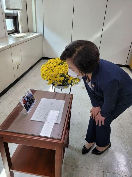 고(故) 김홍영 검사가 근무했던 검사실을 방문한 추미애 법무부 장관 ⓒ추미애 장관 페이스북