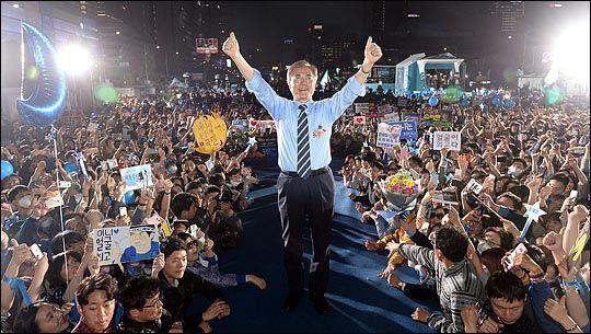 제19대 대통령 선거 공식 선거운동 기간 마지막날인 2017년 5월 8일 문재인 당시 후보가 서울 광화문광장 유세에서 지지자들을 향해 손을 흔들고 있다. ⓒ데일리안 박항구 기자