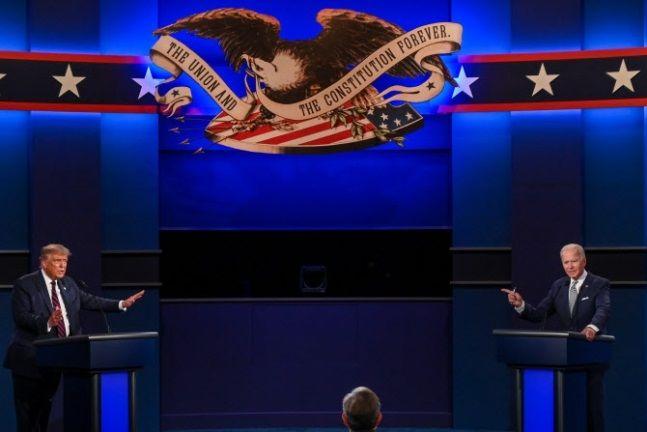 공화당 후보인 도널드 트럼프 미국 대통령(왼쪽)과 민주당 후보인 조 바이든 전 부통령이 지난달 29일(현지시간) 오하이오주 클리블랜드에서 열린 대선 첫 TV토론에서 논쟁을 벌이고 있다.ⓒAFP/연합뉴스 제공