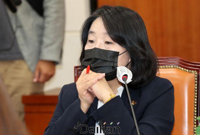 지난 9월 15일 국회 환경노동위원회 전체회의에 참석했던 더불어민주당 윤미향 의원의 모습.ⓒ데일리안 박항구 기자