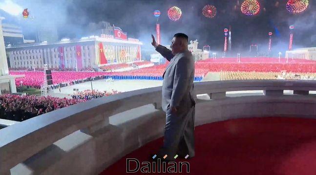 김정은 북한 국무위원장이 10일 평양 김일성광장에서 진행된 노동당 창건 75주년 열병식에서 손을 흔들고 있는 모습. ⓒ조선중앙TV 갈무리