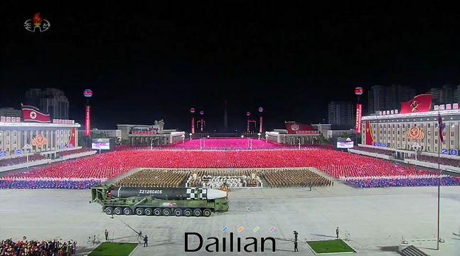 10일 북한 노동당 창건 75주년 기념 열병식에 등장한 신형대륙간탄도미사일(ICBM) 추정미사일. ⓒ조선중앙TV 갈무리