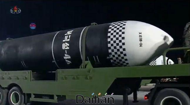 10일 북한 노동당 창건 75주년 기념 열병식에 등장한 잠수함발사탄도미사일(SLBM) 추정 미사일. ⓒ조선중앙TV 갈무리