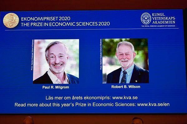 12일 노벨 경제학상을 공동수상한 미국의 폴 밀그롬 교수와 로버트 윌슨 교수가 왕립과학원 발표 때 스크린으로 소개되고 있다 ⓒ스톡홀름=AP/뉴시스